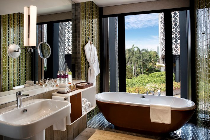 Crowne Plaza Changi Airport  - Bathroom in Business King Room